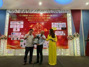Anh Trần Quang Đức Ceo Công Ty Hợp Thành Phát trao giải thưởngchiếc máy hút bụi cho Người May mắn Anh Trần Trọng Mạnh Nhà Báo Doanh Nhân.